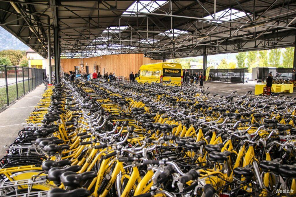 Un hangar rempli de vélos jaunes Métrovélo sur Grenoble