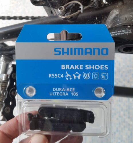 Les patins neuf Shimano R55C4 pour modèles 105 dans leur boite