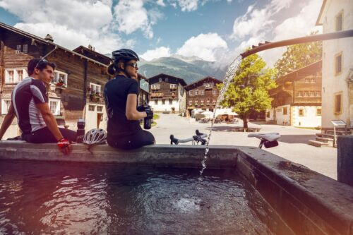 Pause dans la ville d'Ernen en vélo de route