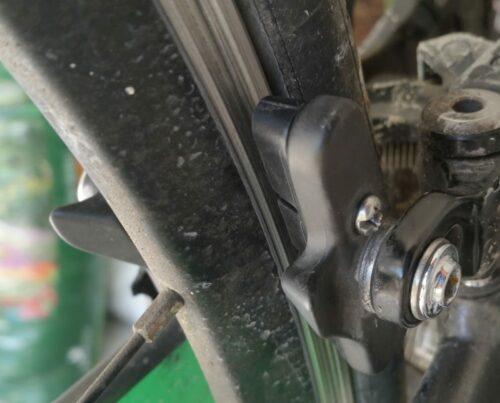 Le porte-patin tout neuf refixé dans l'étrier arrière sur le vélo de route