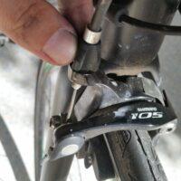 Vis de réglage sur l'étrier de frein avant du vélo de route