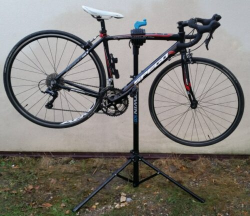 Fixation d'un vélo de route de taille XS avec le pied d'atelier décathlon