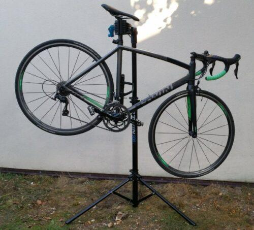 Mon vélo de route avec le pied d'atelier