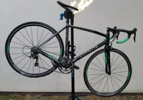 Mon vélo de route aspergée de MucOff pour le laver