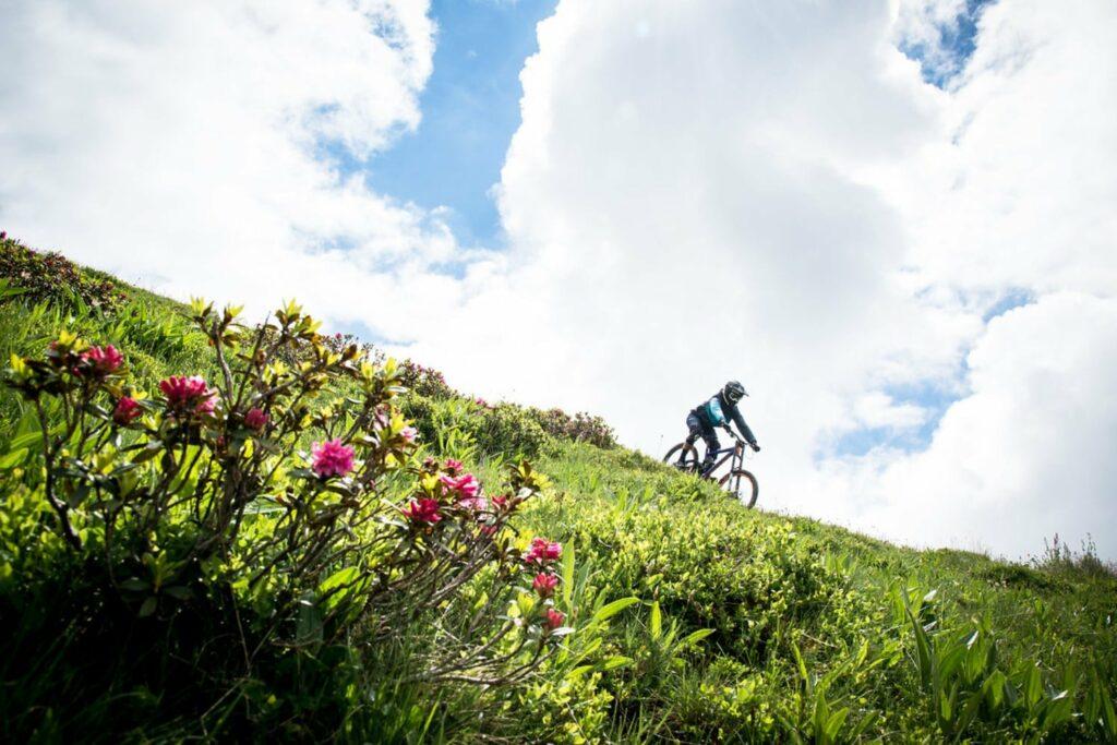 Un VTT en descente d'une colline suisse