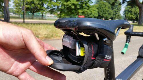 La sacoche de selle Zefal XS avec l'équipement anti crevaison dedans