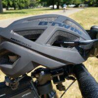Le casque B'Twin 500 avec les lunettes de soleil de côté