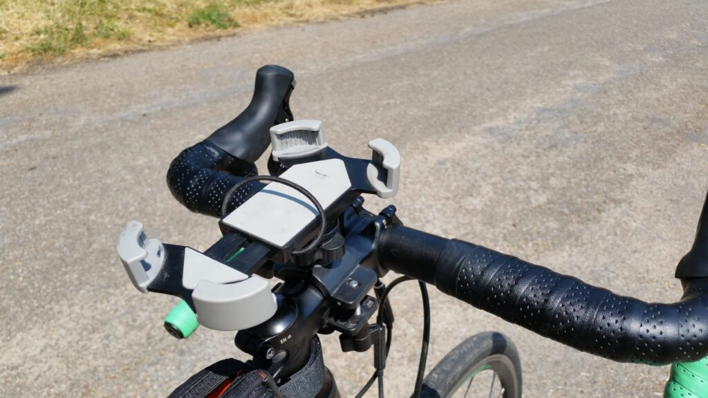 Le support du téléphone portable sur la potence du vélo de route
