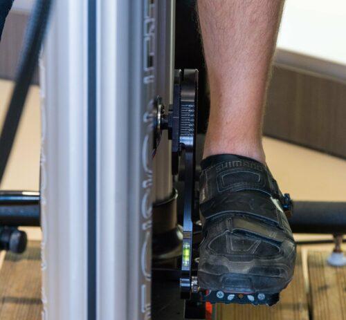 Le pied bien droit avec les cales des chaussures de vélo bien réglées
