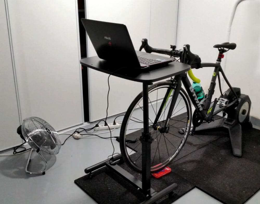 Un vélo Btwin monté sur un home trainer à résistance Tacx