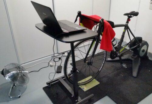Le vélo de ma copine sur un hometrainer à transmission directe Tacx Flux Smart
