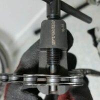 Ouverture de la chaine avec un démonte chaine pour enlever la vieille chaine