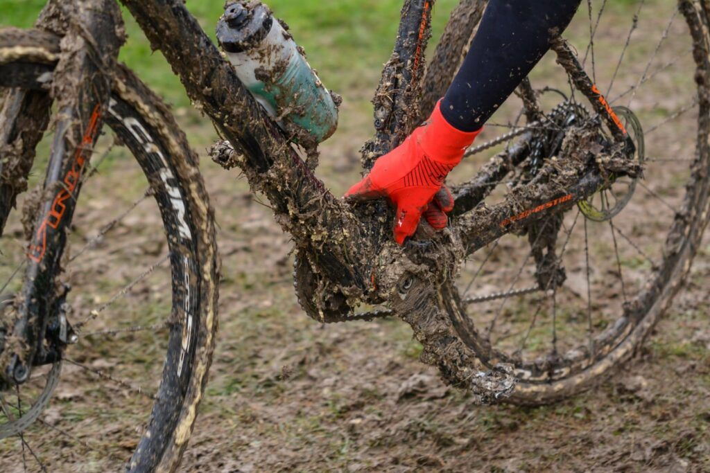 Tellement de boue que le pédalier de ce cyclo-cross est bloqué