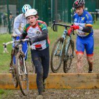 Lors d'une compétition de cyclo-cross où il faut passer l'obstacle des planches