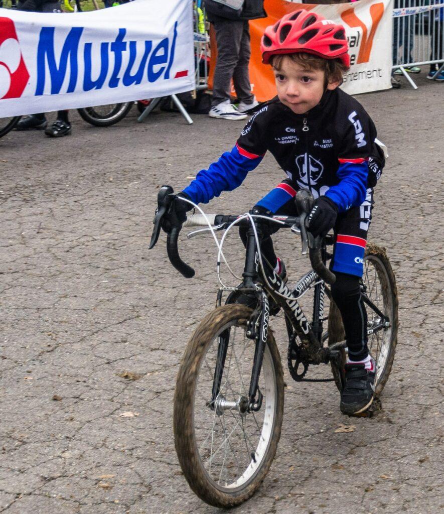 Un tout-petit minime qui participe à un cyclo-cross