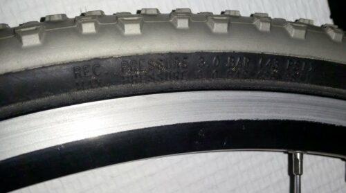 Sur le flanc des pneus, la pression minimum et maximum y est inscrite