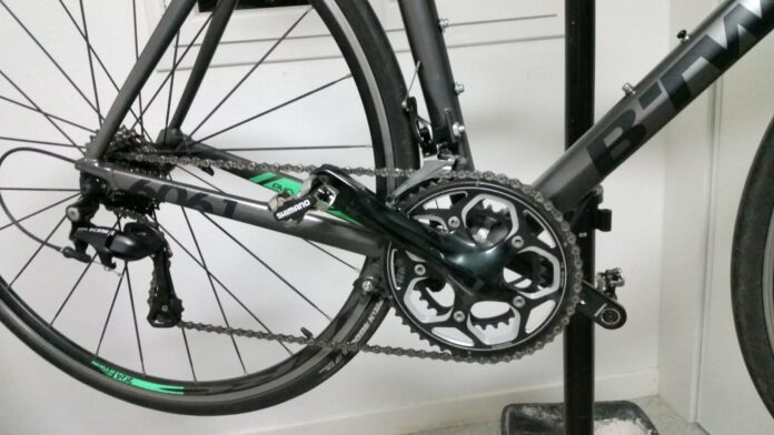 Le pédalier d'origine sur mon vélo de route en Shimano RS500 usé