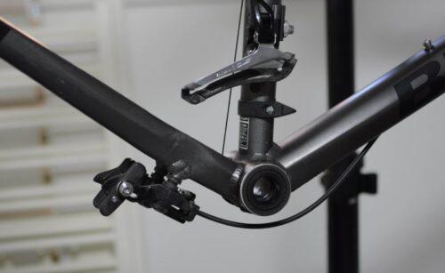 Le cadre du vélo de route nettoyé sans le pédalier