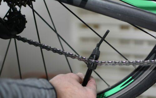 Le dérive-chaîne permet de fermer la nouvelle chaîne en sertisant le plot de verrouillage