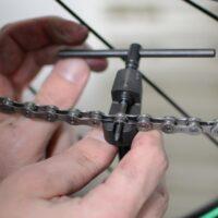 Le plot qui va sertir la chaîne du vélo dépasse