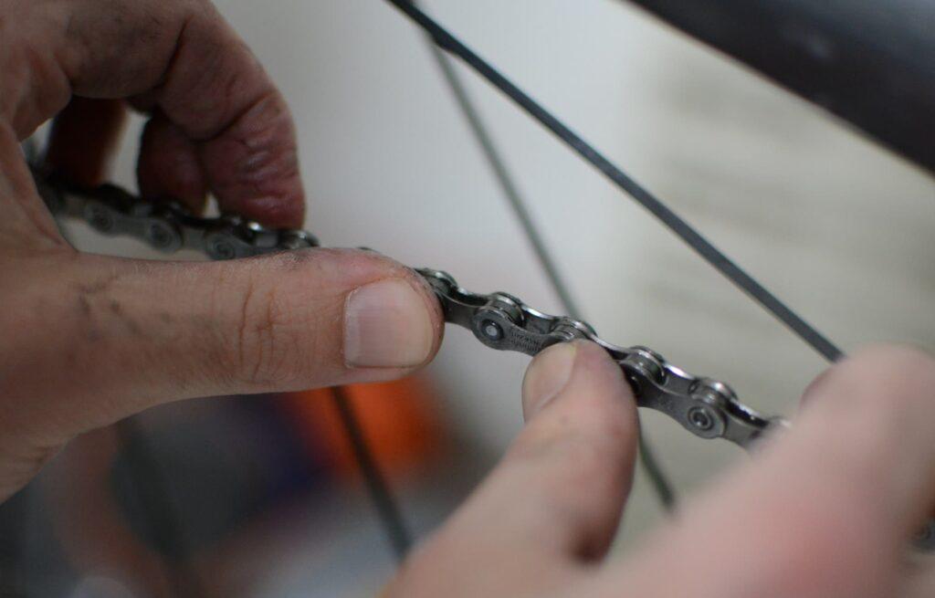 Forcer latéralement la chaine avec les pouces pour la détendre s'il y a des points durs