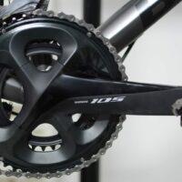 Le nouveau pédalier Shimano 105 fixé sur le vélo de route