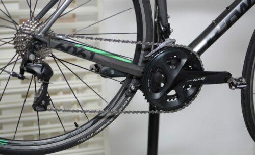 Vue d'ensemble de toute la transmission du vélo de route en Shimano 105