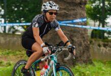 Une femme cycliste sur un vélo de route