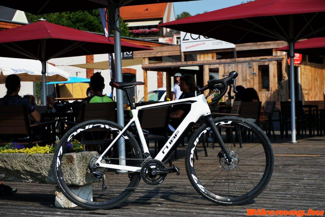 Un vélo à assistance électrique Cube Agree Hybrid