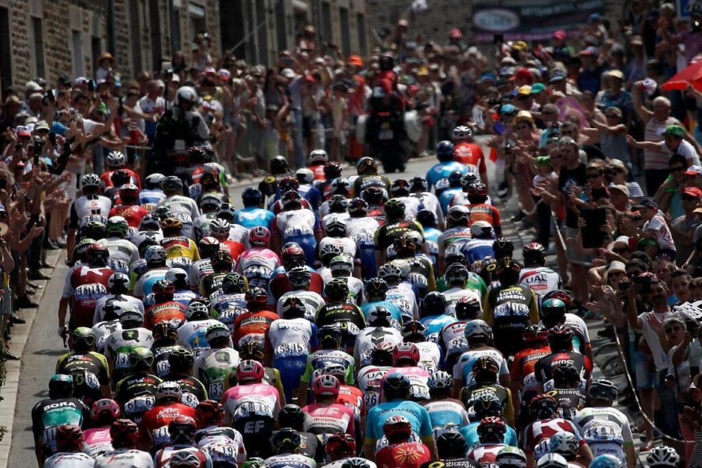 Une cinquantaine de cyclistes en peloton vue de derrière