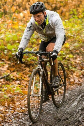 Rouler en cyclocross l'hiver avec des gants longs pour lutter contre le froid