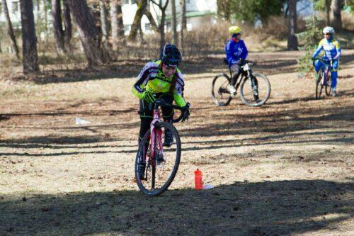 Un jeune cycliste lors d'un cours de cyclocross donnée par un entraineur
