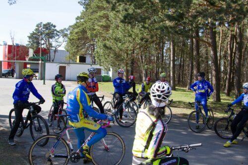 Un coach qui explique le cours à ses cyclistes en Cyclocross