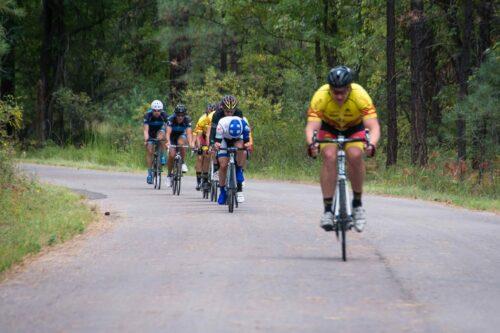 Le cycliste en tête de peloton tente de raccrocher l'échappée devant