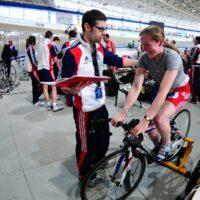 Un coach de vélo qui discute avec sa cycliste avant une course sur piste