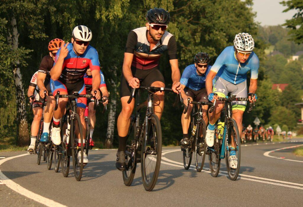 Des cyclistes dans une montée