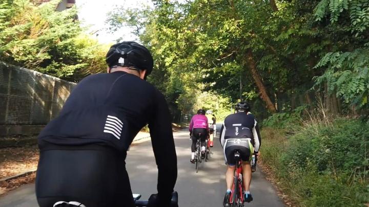 Une sortie en groupe avec plusieurs cyclistes dans le Vexin sur la route