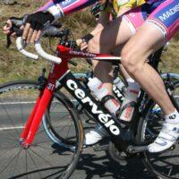 Un cycliste avec des jambes sans aucun poil