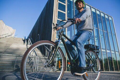Un cycliste avec un VAE en ville