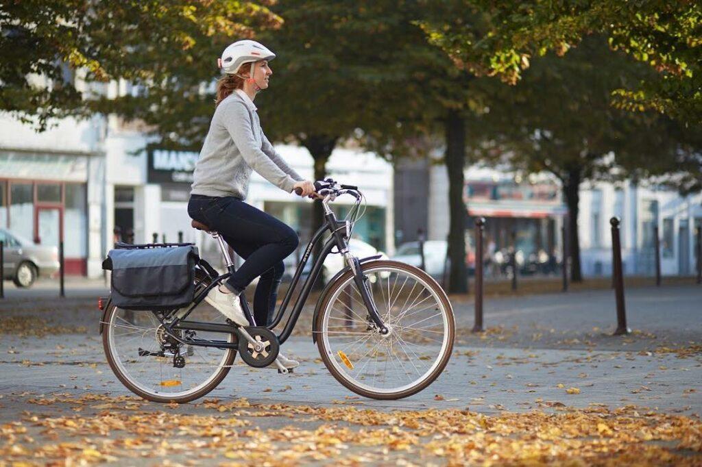 Une femme en vélo électrique Elops