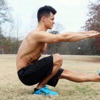 Un homme qui muscle ses jambes au poids du corps