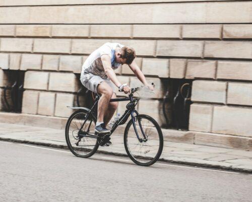 Un cycliste qui n'est pas à l'aise sur son vélo à cause de la douleur