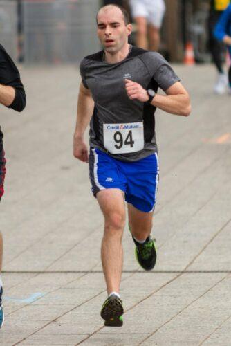 Ludo qui court au semi-marathon en finissant en sprint