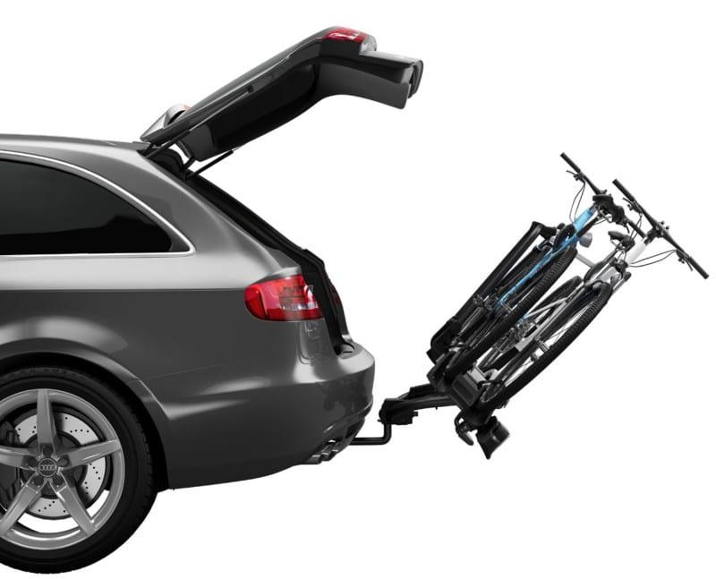 Un porte vélo d'attelage penché pour accèder au coffre de voiture