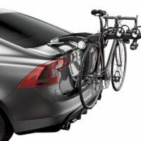 Un vélo de route transporté sur un porte-vélo à hayon