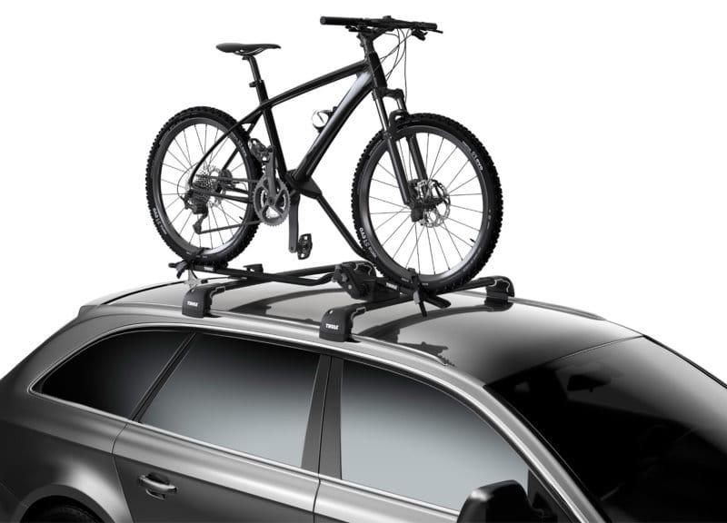 Un VTT transporté sur le toit d'une voiture avec un porte-vélo