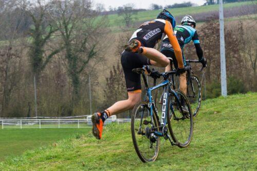 Un cycliste qui saute sur son cyclocross pour repartir après une difficulté