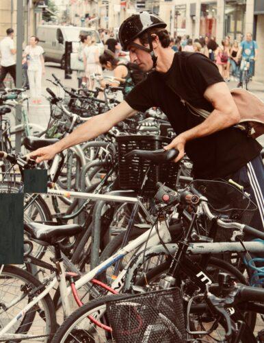 Un cycliste range son vélo