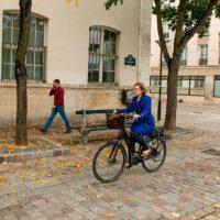 Une femme à vélo électrique dans Paris