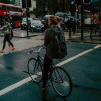 Une femme à vélo qui attend au feu rouge en ville
